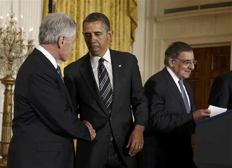 U.S. President Barack Obama (C) greets his Defense Secretary-nominee, former U.S. Senator Chuck Hagel, as current Defense Secretary Leon Panetta (R) takes the podium prior to the president anouncing Hagel's nomination at the White House in Washington January 7, 2013. Foto: Jason Reed / Reuters