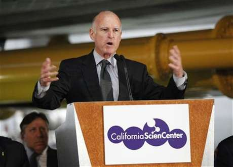 California Governor Jerry Brown speaks during the opening ceremony of the Space Shuttle Endeavour Exhibition at the California Science Center in Los Angeles, California October 30, 2012. Foto: Mario Anzuoni / Reuters