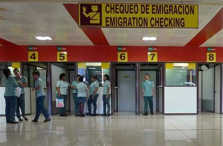 Immigration officers wait for travellers at the control checkpoint at Havana's Jose Marti International Airport October 16, 2012. Foto: Desmond Boylan / Reuters