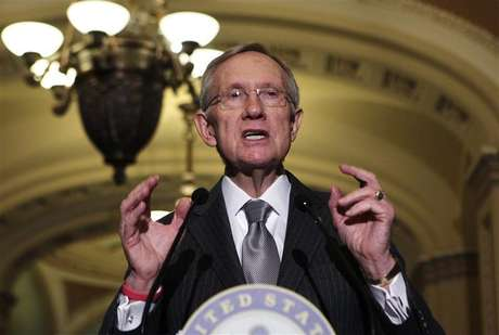 """Senate Majority Leader Harry Reid (D-NV) speaks to the media about the """"fiscal cliff"""" on Capitol Hill in Washington December 18, 2012. Foto: Yuri Gripas / Reuters"""
