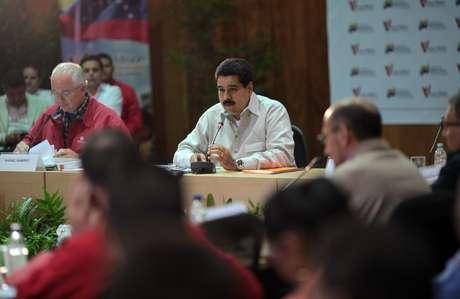 El vicepresidente venezolano, Nicolás Maduro (centro), durante un acto de la Misión Vivienda en la sede de Petróleos de Venezuela (PDVSA) en Caracas. Foto: EFE en español