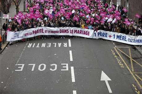 Thousands of demonstrators march in Paris, to protest France's planned legalisation of same-sex marriage, January 13, 2013. Foto: Charles Platiau / Reuters
