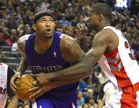 Sacramento Kings' DeMarcus Cousins drives to the basket past Toronto Raptors' Ed Davis (R) in the second half of their NBA basketball game in Toronto January 4, 2013. Foto: Fred Thornhill / Reuters