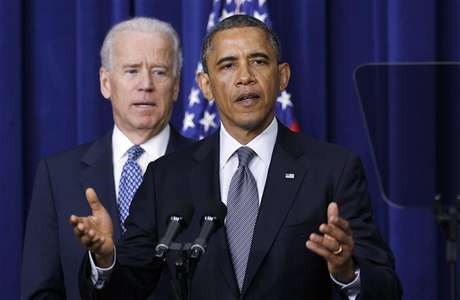 U.S. President Barack Obama (R) and Vice President Joe Biden announce a series of proposals to counter gun violence during an event at the White House in Washington January 16, 2013. Foto: Kevin Lamarque / Reuters