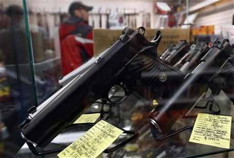 A display of 7-round .45 caliber handguns are seen at Coliseum Gun Traders Ltd. in Uniondale, New York January 16, 2013. Foto: Shannon Stapleton / Reuters