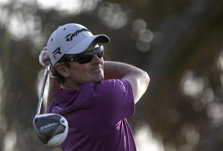 Justin Rose of England watches his shot from the ninth tee during the second round of the Abu Dhabi Golf Championship at the Abu Dhabi Golf Club January 18, 2013. Foto: Jumana ElHeloueh / Reuters