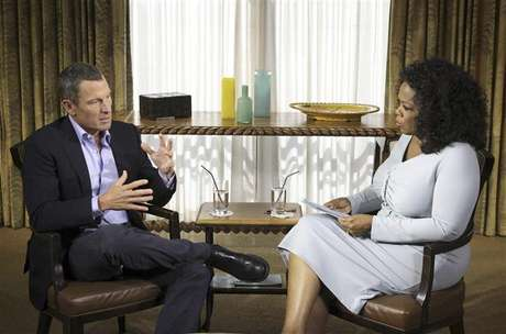 Cyclist Lance Armstrong is interviewed by Oprah Winfrey in Austin, Texas, in this January 14, 2013 handout photo courtesy of Harpo Studios. Foto: Harpo Studios, Inc / Reuters