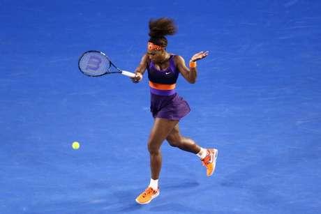 Serena Williams golpea la bola en su partido ante Maria Kirilenko. Foto: Getty Images