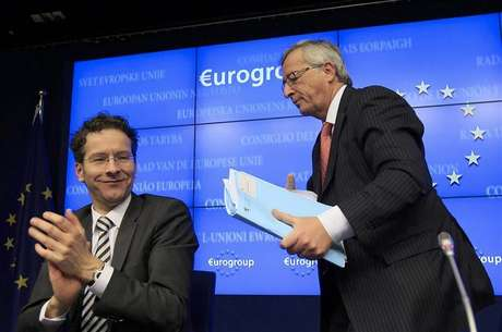Luxembourg's Prime Minister Jean-Claude Juncker (R) is applauded by Netherlands' Finance Minister Jeroen Dijsselbloem (L) following his last news conference after stepping down as Eurogroup Chairman at a euro zone finance ministers' meeting in Brussels January 21, 2013. Dijsselbloem has been appointed the new Eurogroup Chairman. Foto: Yves Herman / Reuters