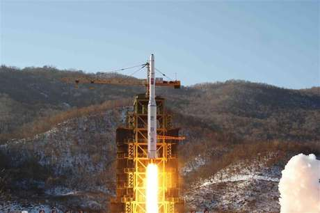 A video grab from KCNA shows the Unha-3 (Milky Way 3) rocket launching at the North Korea's West Sea Satellite Launch Site, at the satellite control centre in Cholsan county, North Pyongan province in this video released by KCNA in Pyongyang December 13, 2012. Foto: KCNA / Reuters