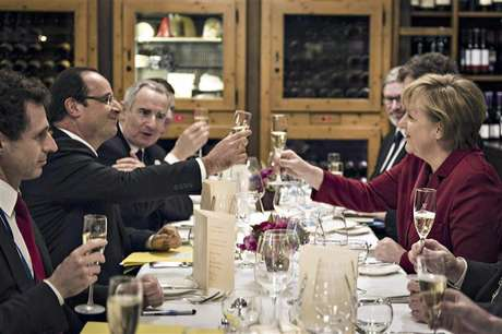 German Chancellor Angela Merkel (R) and French President Francois Hollande salute to each other during a private dinner in a Berlin restaurant at the eve of celebrations to mark the 50th anniversary of the Elysee Treaty, January 21, 2013. Foto: Jesco Denzel / Reuters