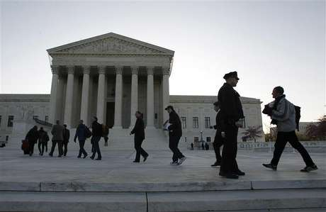 Members of the public who received tickets enter into the Supreme Court in Washington, March 27, 2012. Foto: Jason Reed / Reuters