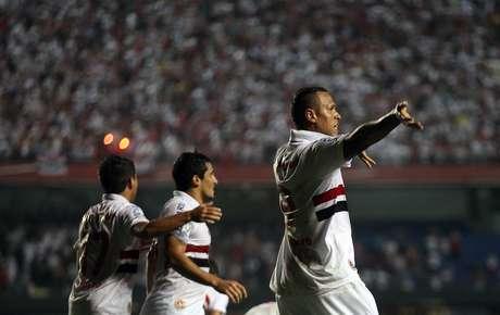 Fabiano anotó dos y Ceni hizo bueno el cobro de un tiro penal. Foto: AP