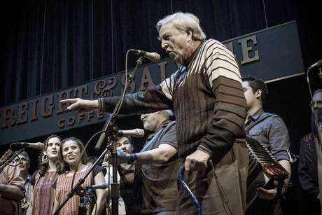 "Chris Strachwitz (R), founder of Arhoolie Records, speaks during a gathering in February 2011 in Berkeley, California for a 50th anniversary concert featuring artists from the record label in this publicity picture provided by Courtesy Arhoolie Records to Reuters January 24, 2013. The three-night run was released this week as ""They All Played for Us,"" a 4-CD set and photo book that showcases Arhoolie's mosaic of musicians. Foto: Courtesy Arhoolie Records / Reuters"