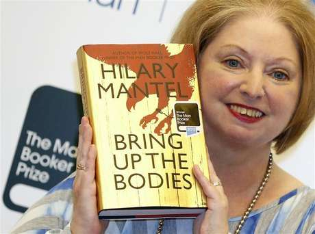 """Author Hilary Mantel poses with her book """"Bring up the Bodies"""", after winning the 2012 Man Booker Prize, at the Guildhall in London October 16, 2012. Foto: Luke MacGregor / Reuters"""