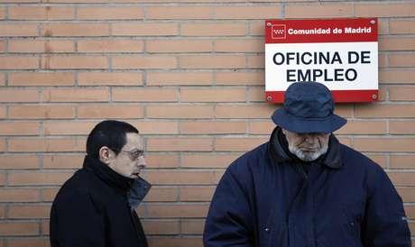 La tasa de desempleo ha llegado al 26 % de la población activa con casi 6.000.000 de personas sin trabajo. En la imagen una oficina de empleo de Madrid en la mañana del anuncio de estas cifras Foto: Sergio Perez / Reuters en español