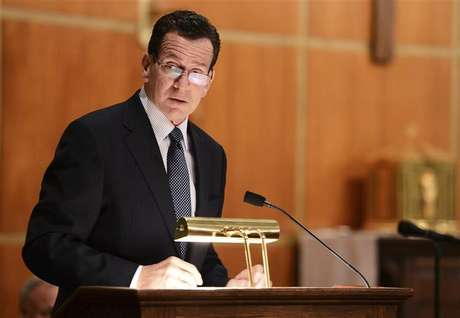 Dannel Malloy, Governor of Connecticut speaks to mourners gathererd inside the St. Rose of Lima Roman Catholic Church at a vigil service for victims of the Sandy Hook Elementary School shooting that left at least 27 people dead - many of them young children - in Newtown, Connecticut, December 14, 2012. Foto: Andrew Gombert / Reuters