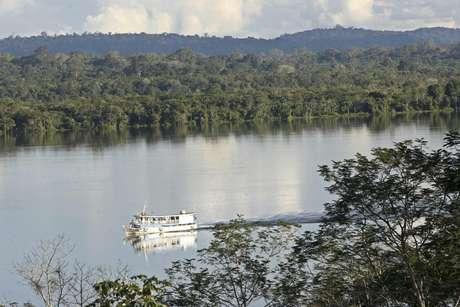 ARCHIVO - En esta foto de archivo del 29 de abril del 2006, un bote navega el río Tapajos, cerca del parque nacional de la Amazonia, en el norteño estado de Para, Brasil. Las autoridades de Brasil anunciaron el viernes 25 de enero del 2013 que reliazarán un inventario de la riqueza ambiental y humana del bosque lluvioso del Amazonas, que alberga la mayor biodiversidad del mundo. La ministra de Ambiente Izabella Teixeira firmó un acuerdo con el Banco Nacional de Desarrollo Económico y Social para proveer financiamiento equivalente a 33 millones de dólares para el inventario en el Amazonas, donde el gobierno batalla para frenar la deforestación ilegal.  Foto: Andre Penner, Archivo / AP