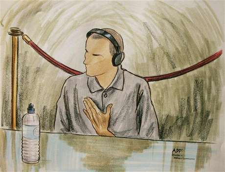 In this courtroom illustration, Ali Hamza Ahmad Sulayman al Bahlul appears before a military commission at Guantanamo Naval Base August 26, 2004 in Guantanamo, Cuba. Bahlul is charged with conspiracy to commit war crimes. Foto: Art Lien / Reuters