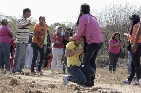 Relatives of inmates react during an uprising outside the Centro Occidental (Uribana) prison in Barquisimeto in this picture provided by Diario el Informador newspaper January 25, 2013. Foto: Diario el Informador / Reuters