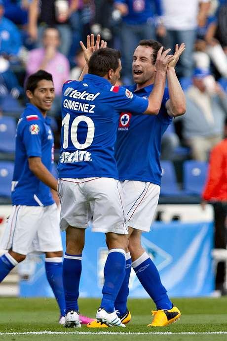 Giménez le agradece a Torrado la asistencia para el primer gol celeste. Foto: Mexsport