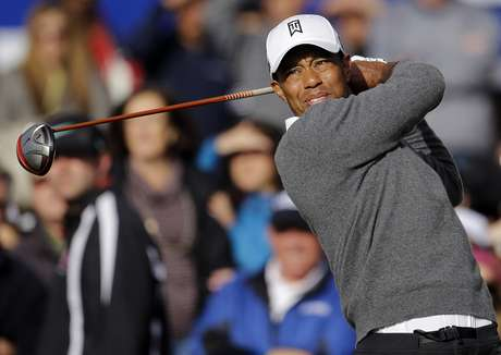Tiger Woods watches the flight of his drive on the first hole as he begins fourth round of the Farmers Insurance Open golf tournament, Sunday, Jan. 27, 2013, in San Diego. Foto: AP in English