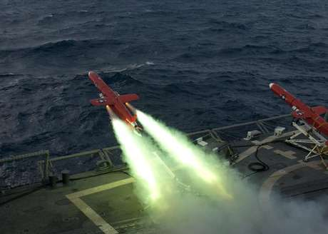 A U.S. Navy BQM-74E drone launches from the flight deck of the guided missile frigate USS Underwood (FFG 36) during a live fire exercise in the Caribbean Sea, September 21, 2012 as part of Unitas Atlantic phase 53-12 in this image released on September 24, 2012. Foto: Stuart Phillips / Reuters