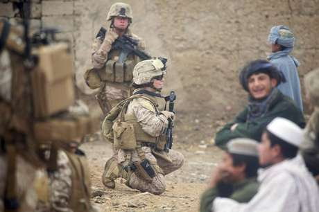 U.S. Marine Corps Lance Cpl. Sienna De Santis and U.S. Navy Petty Officer 3rd Class Heidi Dean, both with Female Engagement Team, India Company, 3rd Battalion, 5th Marine Regiment, Regimental Combat Team 2, greet children during a patrol in Sangin Valley, Afghanistan, in this October 29, 2010 DOD handout photo. Foto: David Hernandez / Reuters