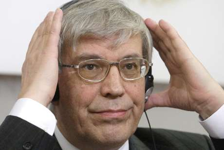 Russian Central Bank head Sergei Ignatyev adjusts his headphones during a news conference in Vienna in this file photo taken March 12, 2009. Foto: Herwig Prammer / Reuters