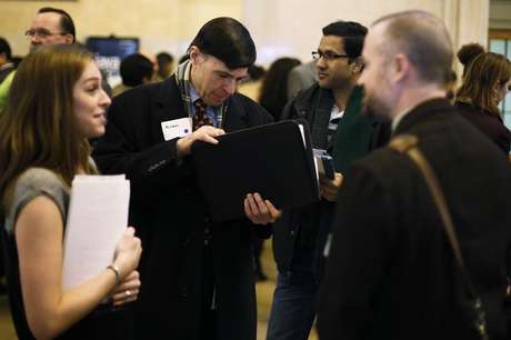 A man looks for a copy of his resume to give to a recruiter at a job fair put on by online recruiting company TheLadders at Grand Central Station in New York, January 10, 2013. Foto: Lucas Jackson / Reuters