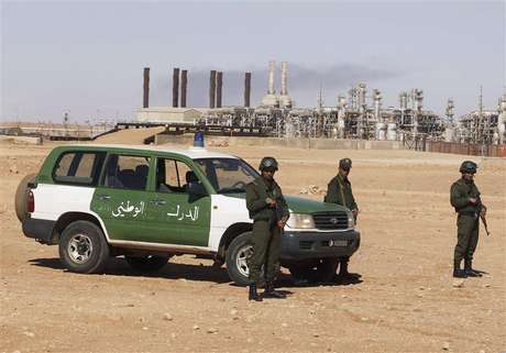 Algerian soldiers stand near the Tiguentourine Gas Plant in In Amenas, 1600 km (994 miles) southeast of Algiers, January 31, 2013. Foto: Louafi Larbi / Reuters