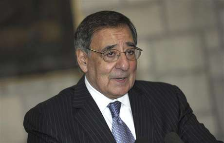 U.S. Defense Secretary Leon Panetta speaks about a suicide bombing near a NATO base, during a joint news conference with Afghan President Hamid Karzai at the Presidential Palace in Kabul December 13, 2012. Foto: Susan Walsh / Reuters