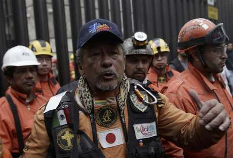 "A rescue worker from the Mexican rescue team known as ""Topos"" waves to the media after leaving the headquarters of state-owned oil giant Pemex, following a deadly blast, in Mexico City February 4, 2013. Mexican rescue workers found three more bodies over the weekend amid the rubble of the deadly blast that tore through state oil firm Pemex's main office complex, the government said, as search efforts appeared to near a close.The death toll from Thursday's explosion stands at 36, Pemex said via Twitter. Rescue workers had been digging through the last sections of the building's basement and could soon call off their search. One person was reported still missing. Foto: Henry Romero / Reuters"