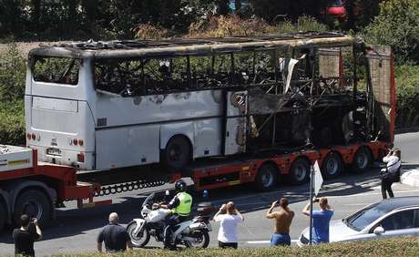 A truck carries a bus, that was damaged in a bomb blast on Wednesday, outside Burgas Airport, about 400km (248miles) east of Sofia July 19, 2012. Foto: Stoyan Nenov / Reuters