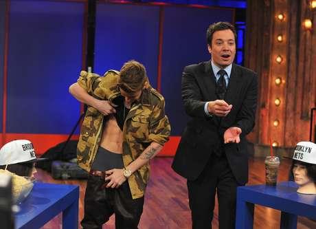 Justin Bieber deja ver sus abdominales en televisión. Foto: Getty Images