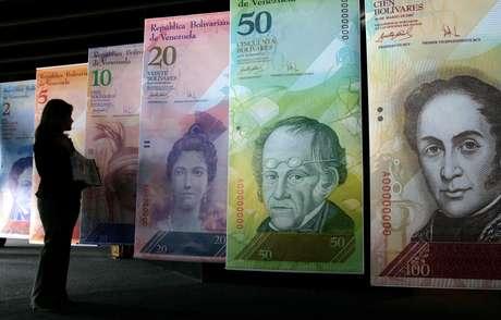 """En esta foto de archivo del 24 de octubre de 2007, una mujer contempla imágenes infladas de la nueva moneda venezolana, el """"bolívar fuerte"""", en Caracas. Foto: AP"""