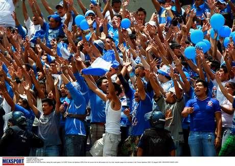 Hay un fuerte despligue de seguridad a las afueras del estadio Azul Foto: Mexsport