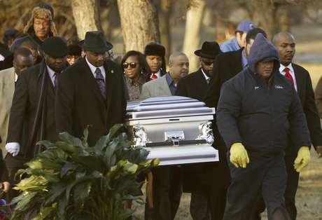 Los restos de Hadiya Pendleton son llevados el sábado 9 de febrero de 2013 al cementerio Cedar Park en el suburbio de Calumet Park en el estado de Illinois. Pendleton, que tenía 15 años, fue muerta el 29 de enero cuando junto con amigos se cubría de la lluvia en un parque y un hombre les disparó. El homicidio incidió en el debate sobre la violencia de las armas en Estados Unidos.  Foto: Charles Rex Arbogast / AP