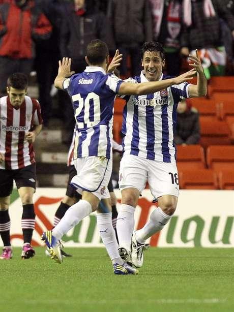 Capdevila y Simao celebrando el gol de Héctor Moreno. Foto: EFE en español