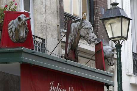 Metal horse heads are seen above a closed horsemeat butcher shop in Paris January 16, 2013. Foto: Charles Platiau (FRANCE - Tags: BUSINESS) - RTR3CJ43 / Reuters