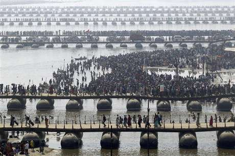 """Hindu devotees cross the river Ganges on pontoon bridges after bathing in the waters at Sangam - the confluence of the Ganges, Yamuna and mythical Saraswati rivers - after the second """"Shahi Snan"""" (grand bath), during the ongoing """"Kumbh Mela"""" or Pitcher Festival in the northern Indian city of Allahabad February 10, 2013. Foto: Jitendra Prakash / Reuters"""