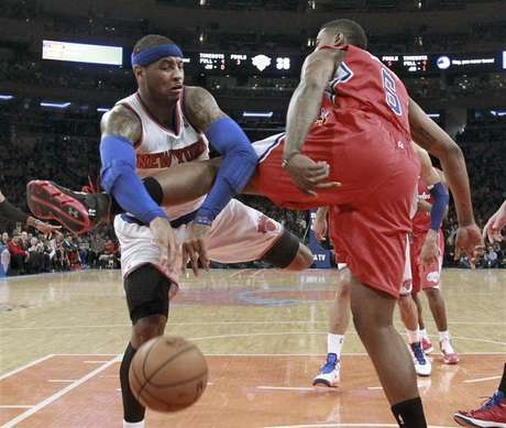 New York Knicks forward Carmelo Anthony (7) tries to pass against Los Angeles Clippers center DeAndre Jordan (6) in the first quarter of their NBA basketball game at Madison Square Garden in New York, February 10, 2013. Foto: Ray Stubblebine (UNITED STATES - Tags: SPORT BASKETBALL) / Reuters