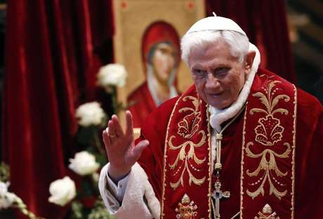 Pope Benedict XVI waves during a mass conducted by Cardinal Tarcisio Bertone, for the 900th anniversary of the Order of the Knights of Malta at the St. Peter Basilica in Vatican February 9, 2013. Foto: Alessandro Bianchi / Reuters