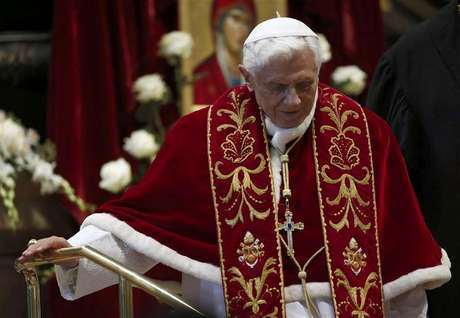 Pope Benedict XVI leaves at the end of a mass at the St. Peter's Basilica in the Vatican February 9, 2013. Foto:  Alessandro Bianchi / Reuters