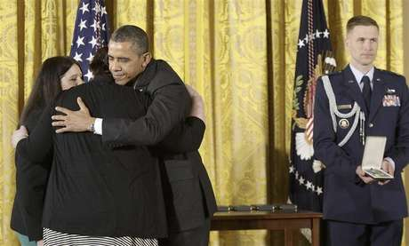 U.S. President Barack Obama (3rd L) hugs Sarah Davino (L) and Mary Davino (2nd L), as he awards the Presidential Citizens Medal posthumously to their family member Rachel Davino, a teacher who gave her life in the Sandy Hook school shooting in Connecticut in December, in the East Room at the White House in Washington, February 15, 2013. Foto: Jonathan Ernst / Reuters