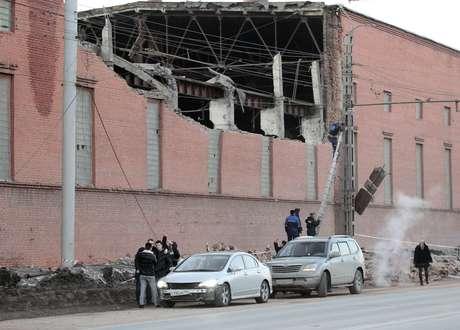 Workers repair damage caused after a meteorite passed above the Urals city of Chelyabinsk February 15, 2013.  Foto: Reuters en español
