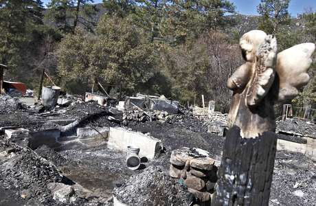 Esta foto del viernes 15 de febrero de 2013 muestra los restos de la cabaña incendiada donde murió el policía prófugo de Los Ángeles, Christopher Dorner. Foto: AP