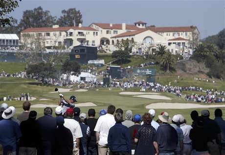 John Merrick of the U.S. tees off on the ninth hole with the clubhouse above the ninth green during the final round of the Northern Trust Open golf tournament at Riviera Country Club in Los Angeles February 17, 2013. Foto: Danny Moloshok / Reuters
