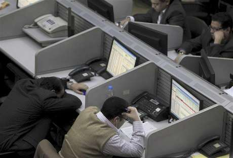 Traders work at the Egyptian stock exchange in Cairo January 22, 2013. Foto: Mohamed Abd El Ghany (EGYPT - Tags: BUSINESS) - RTR3CSL5 / Reuters