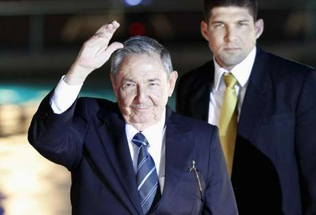 Cuba's President Raul Castro waves to the media before an official dinner at La Moneda Presidential Palace during the summit of the Community of Latin American and Caribbean States (CELAC) in Santiago, January 27, 2013. Foto: Andres Stapff / Reuters